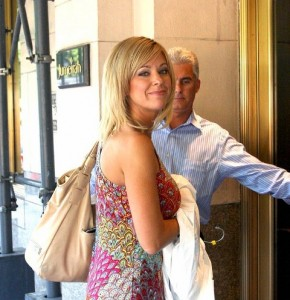 kate gosselin enters hotel