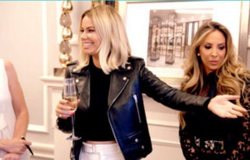 Caroline-Stanbury-Hand-Out-Smiling-Champagne-Ladies-Of-London